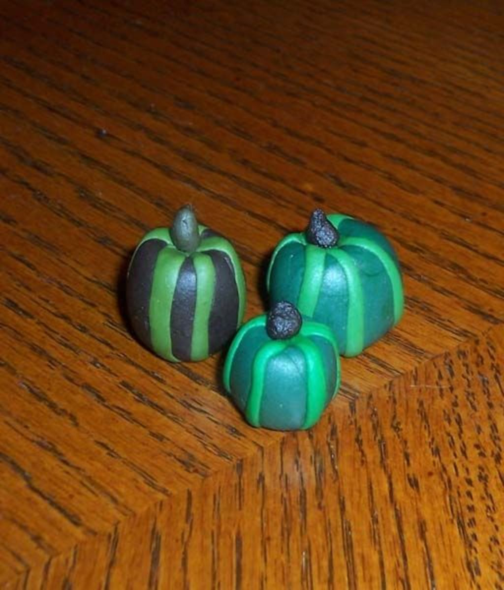 Squat green gourds made of fondant