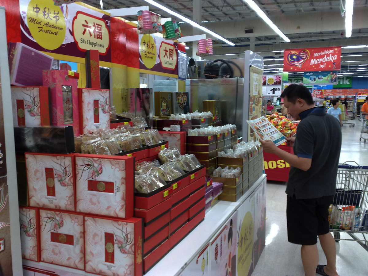 So many kinds of mooncakes to choose from. Some bakeries and restaurants have attempted to go up-market with ingredients such as coffee, chocolate, nuts, fruits,  vegetables and even ham.