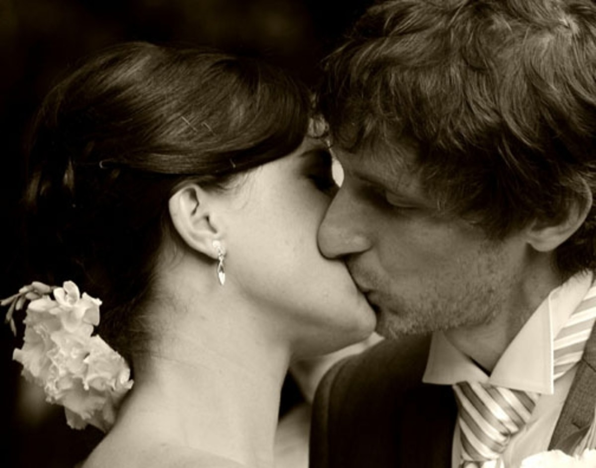 A couple kissing. Photography courtesy of Renee Fowler / flickr.