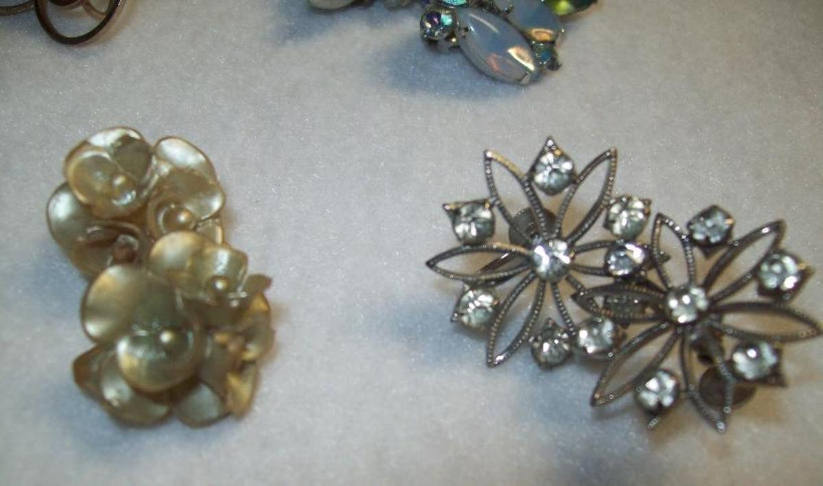 A pair of plastic earrings and the ever popular rhinestone star design.