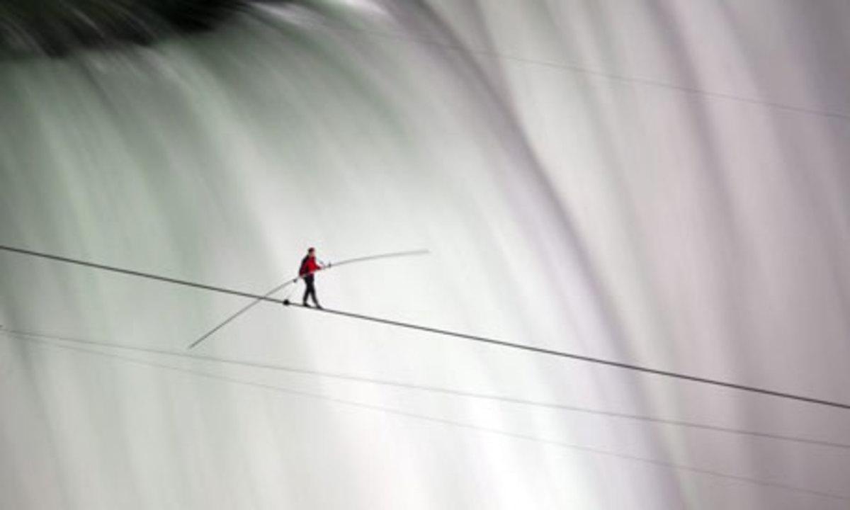 Nik Wallenda successfully crossed Niagara Falls on a tightrope on Friday 15 June 2012.