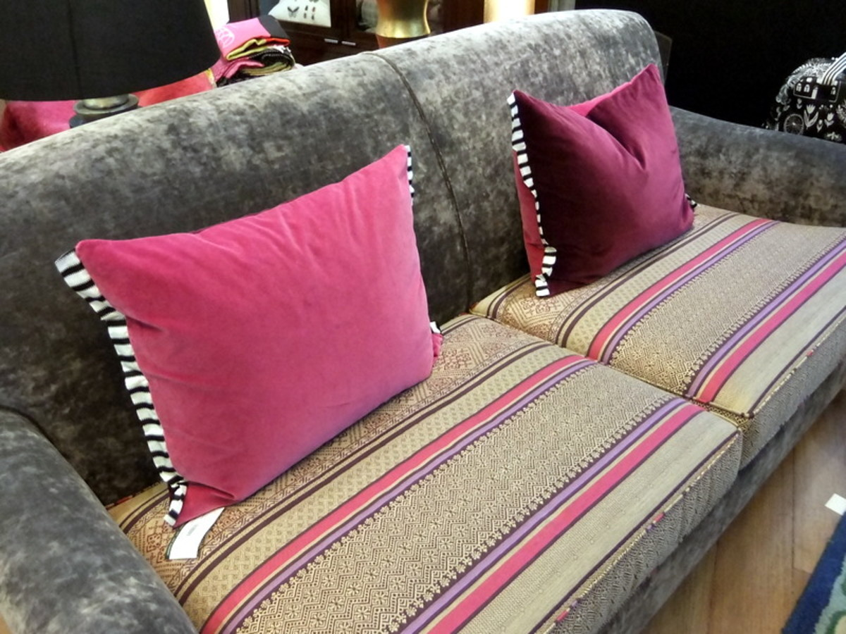 6. Another tip on decorating with throw cushions: This photo shows how throw cushions with black and white trims, contrasted well with the main cushion color