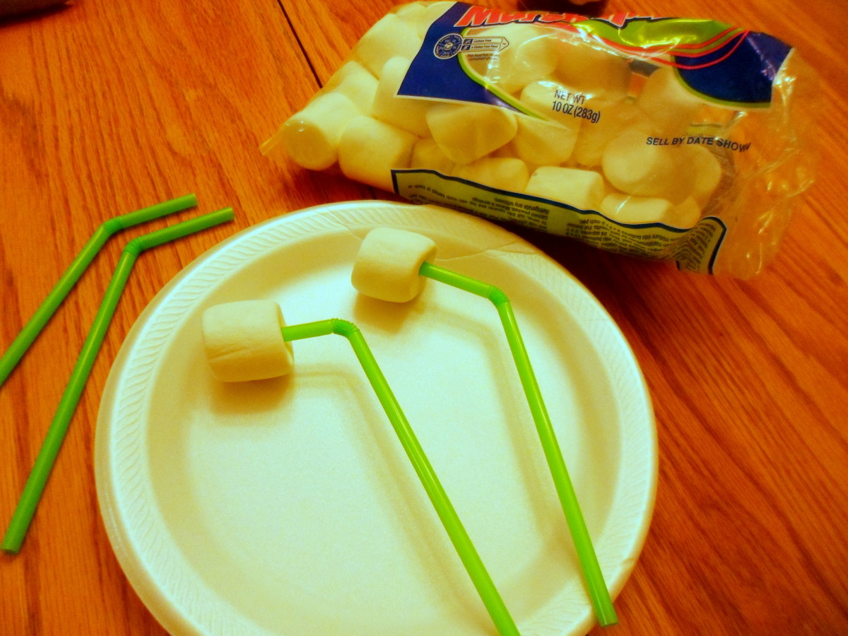 Insert large marshmallows into green straws to create the alien's eyes.