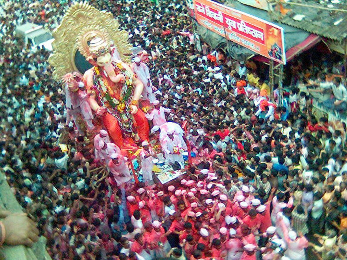 Ganesh ídolo que se da por la inmersión en una procesión