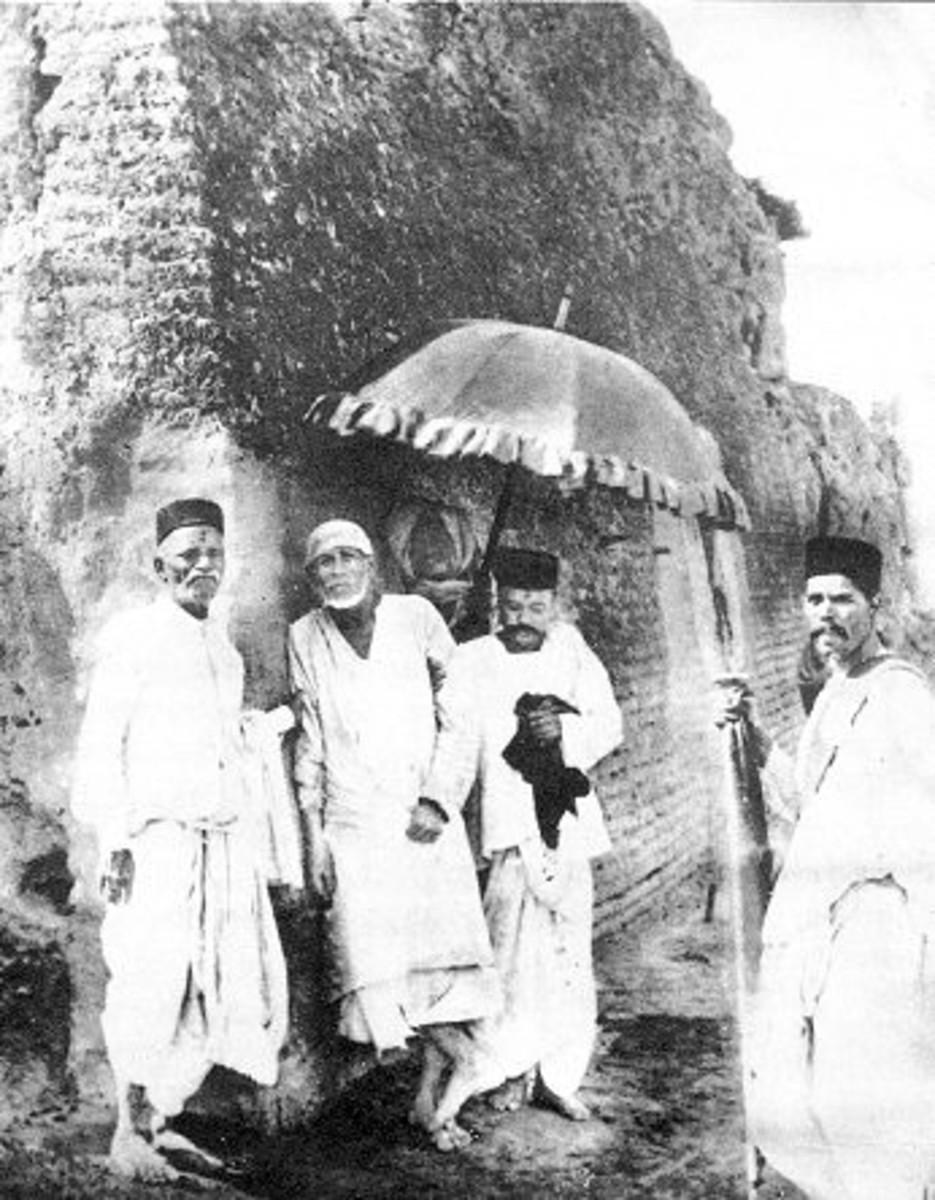 Una de las pocas fotos de Shirdi Baba disponibles en la actualidad.  Esta fue probablemente la forma en Shirdi Baba fue cuando la abuela tuvo su primer darshan.