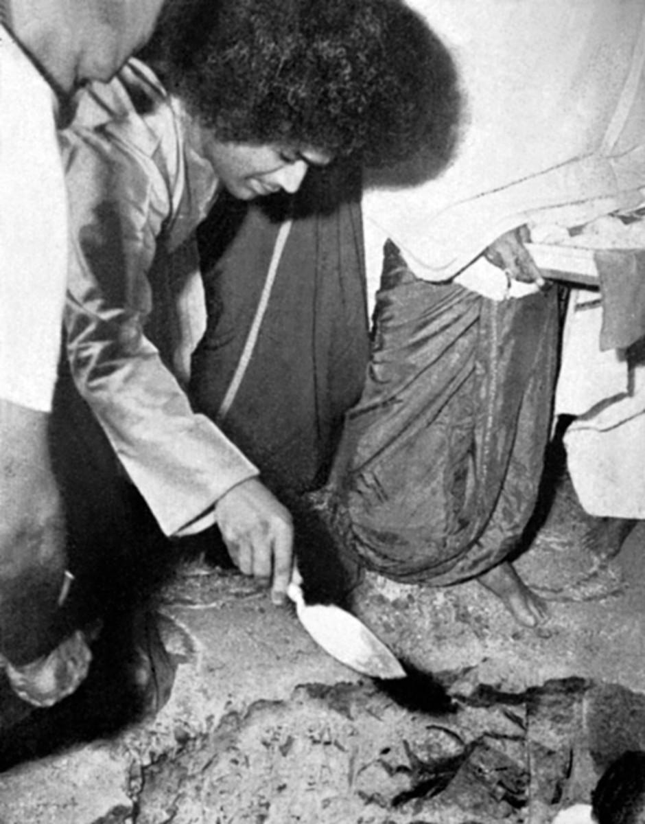Aquí Swami se puede ver por el que la primera piedra para Dharmakshetra en 1968.