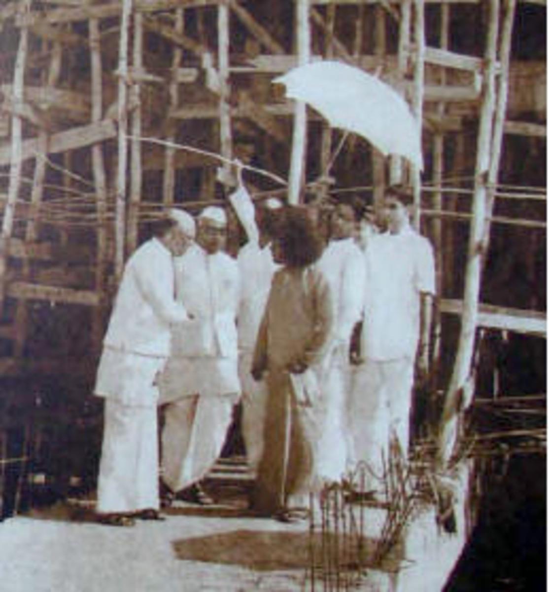 Supervisión de las obras de construcción pasando en Dharmakshetra (o Satyam como se le llama).
