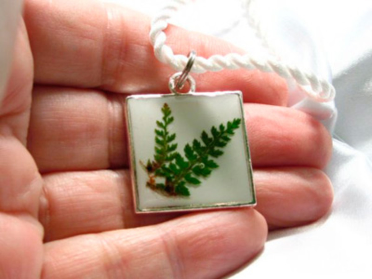 Jewellers like to produce dried, pressed flowers fast and set them in resin to create jewellery like this pendant.