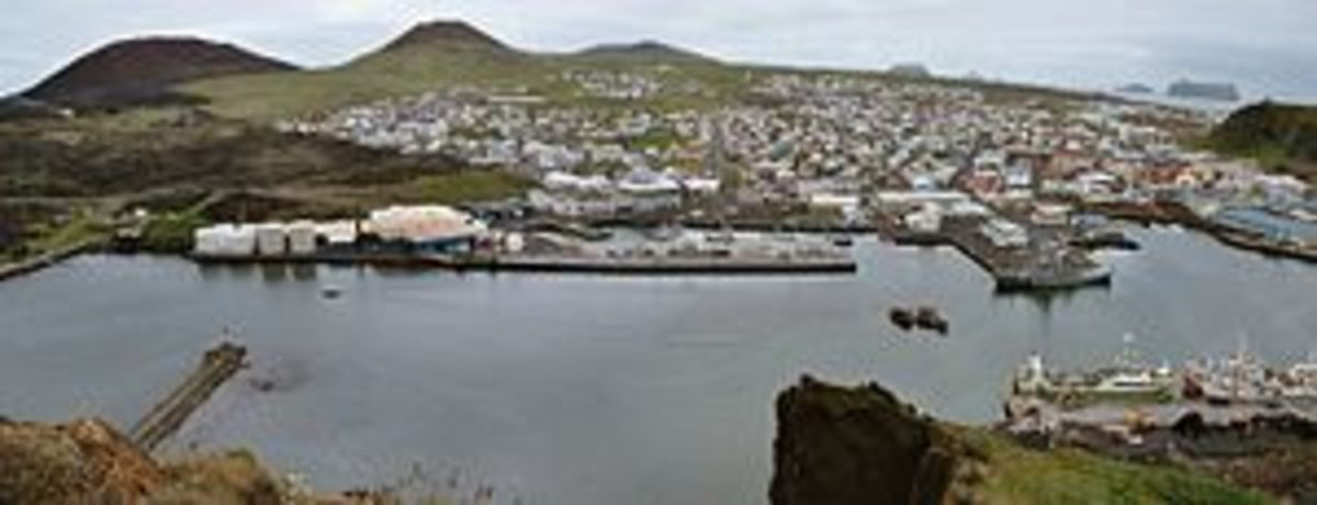 """Heimaey harbour in June 2005, looking south"""