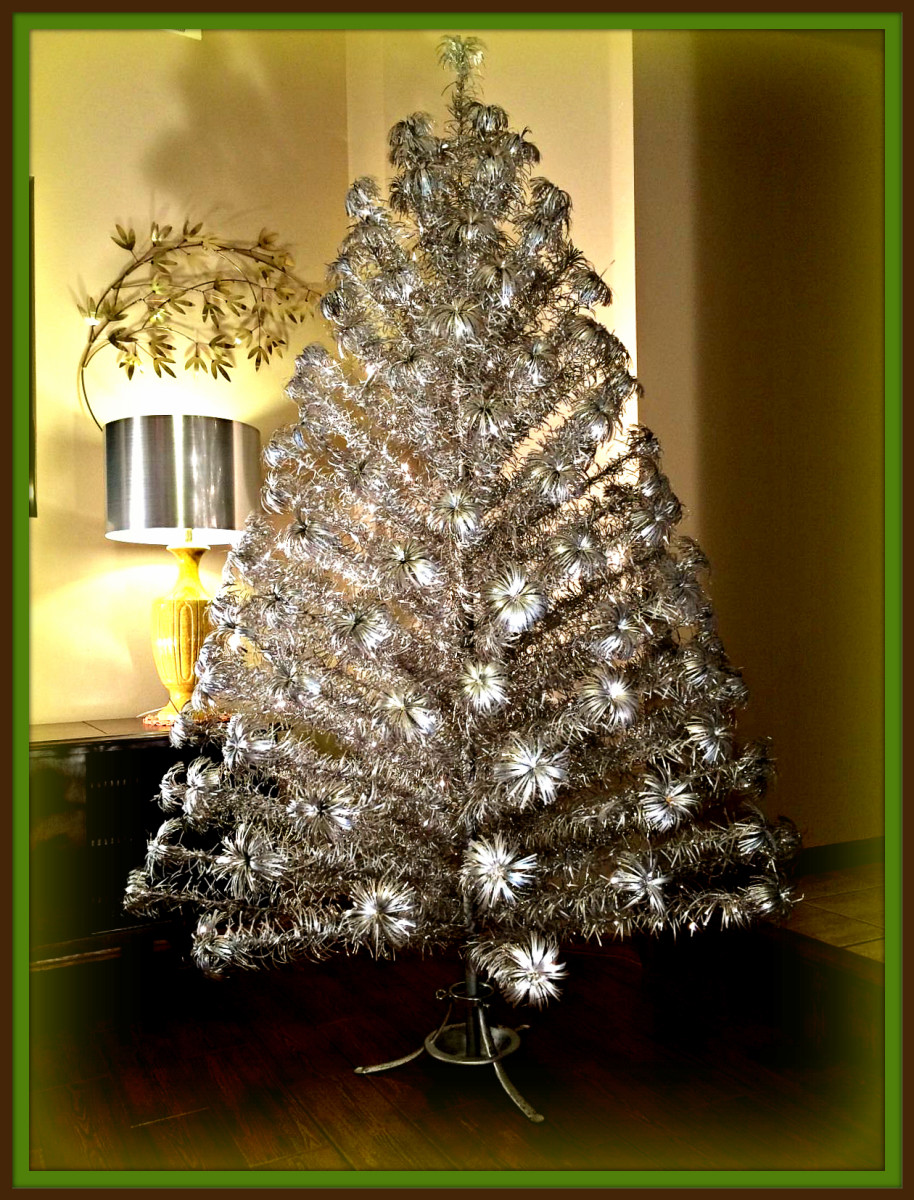 This is a beautiful vintage tree with 153 Pom Pom branches. The trunk of the tree is in 2 sections held together with a metal pin, it is painted silver.
