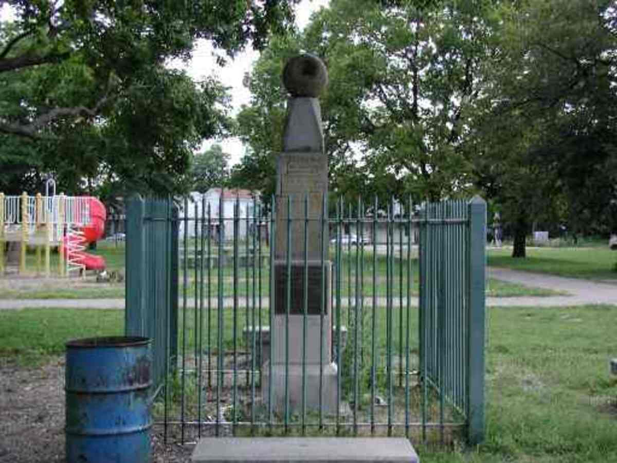 Symmes Memorial    (Photograph copyright © 2000) from museumofhoaxes.com