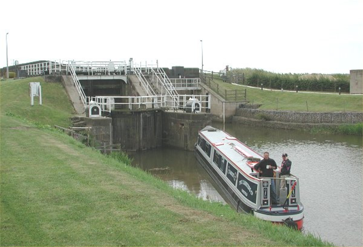 Narrow boat awaits the lock gate opening at Humber Lock on the Market Weighton Canal