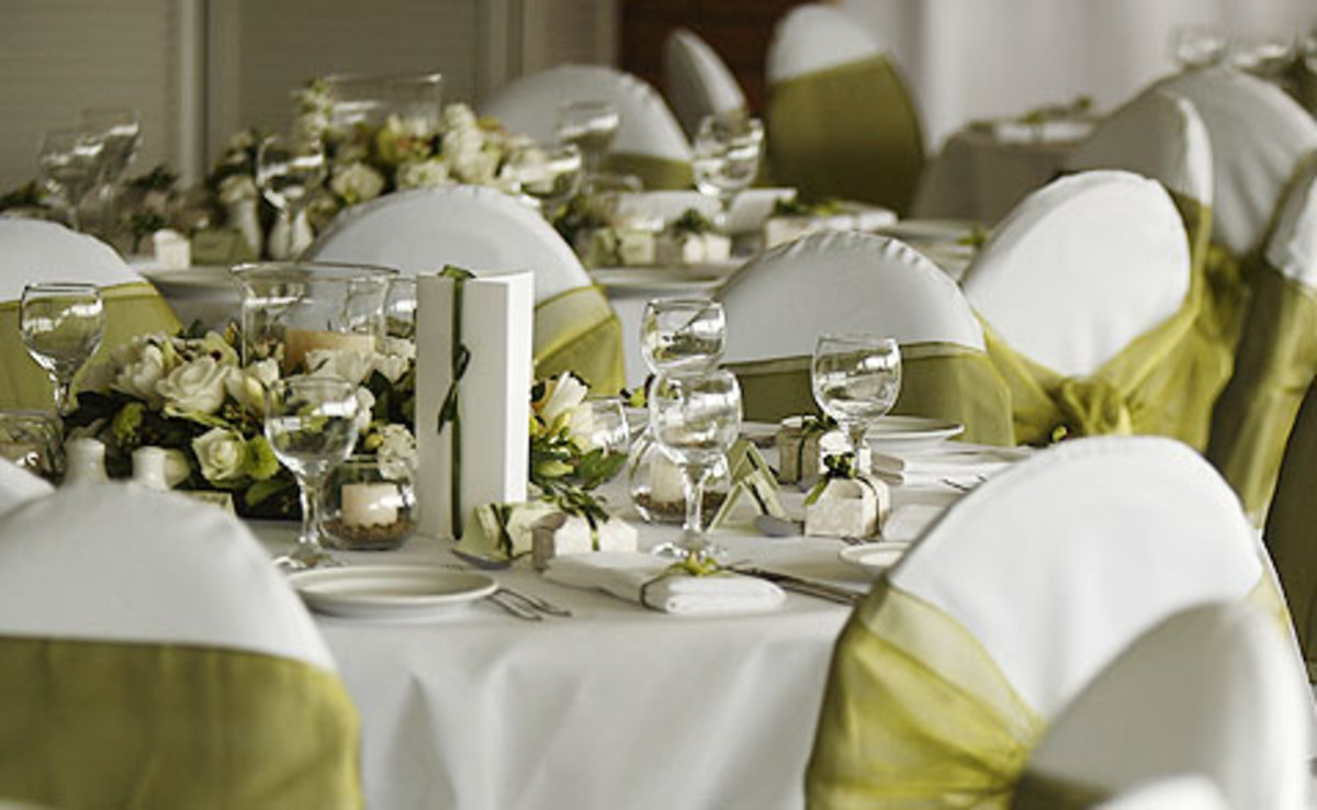 Soothing offwhite and olive green wedding table decoration