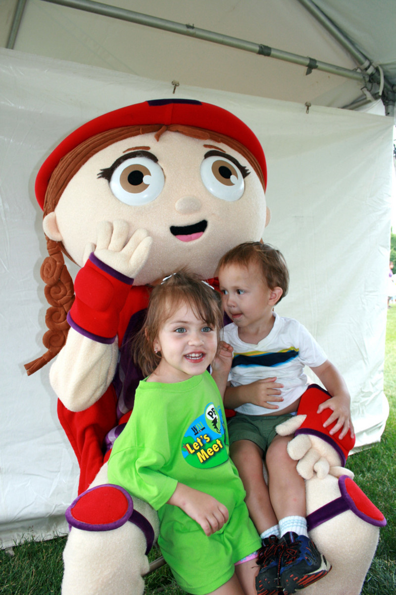 A couple kids hanging out with Wonder Red at PBS Kids in the Park.