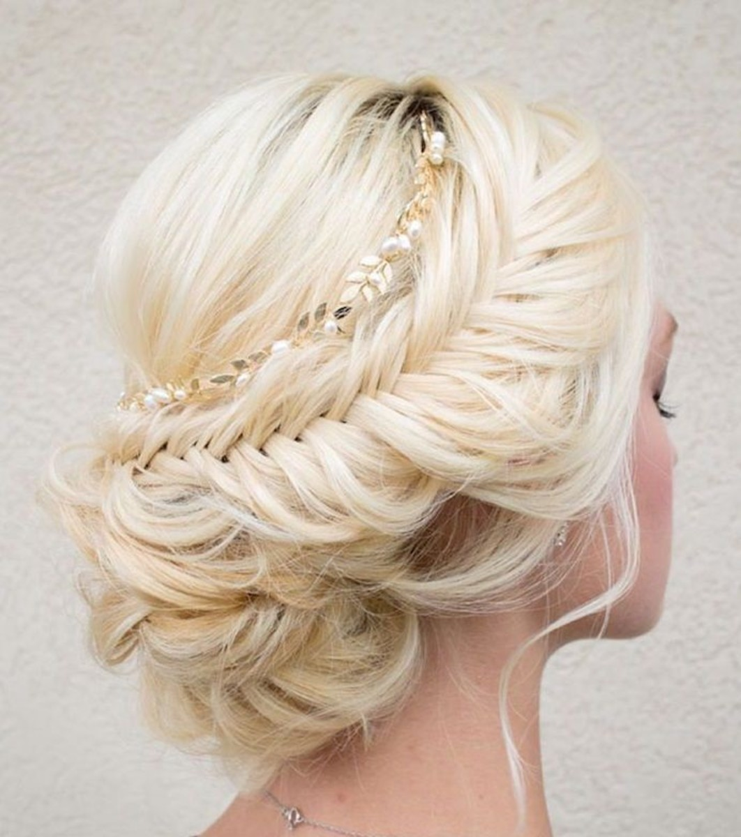 platinum blonde haired bride with intrinsic hair bun design
