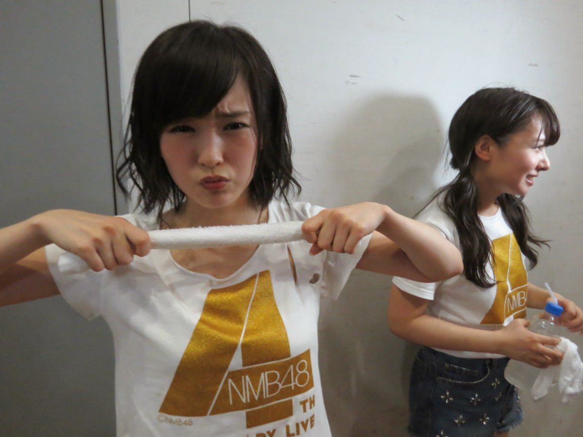 She is seen here with former NMB48 member Nana Yamada (right). Is Sayaka stressed out? It sure seems that way and that's why she is stretching that towel but she is so cute!
