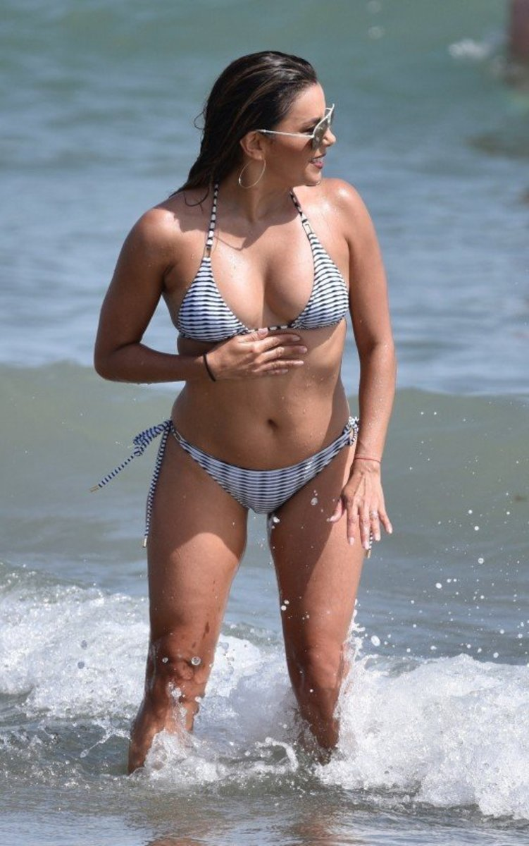 Eva Longoria plaiyng in the surf