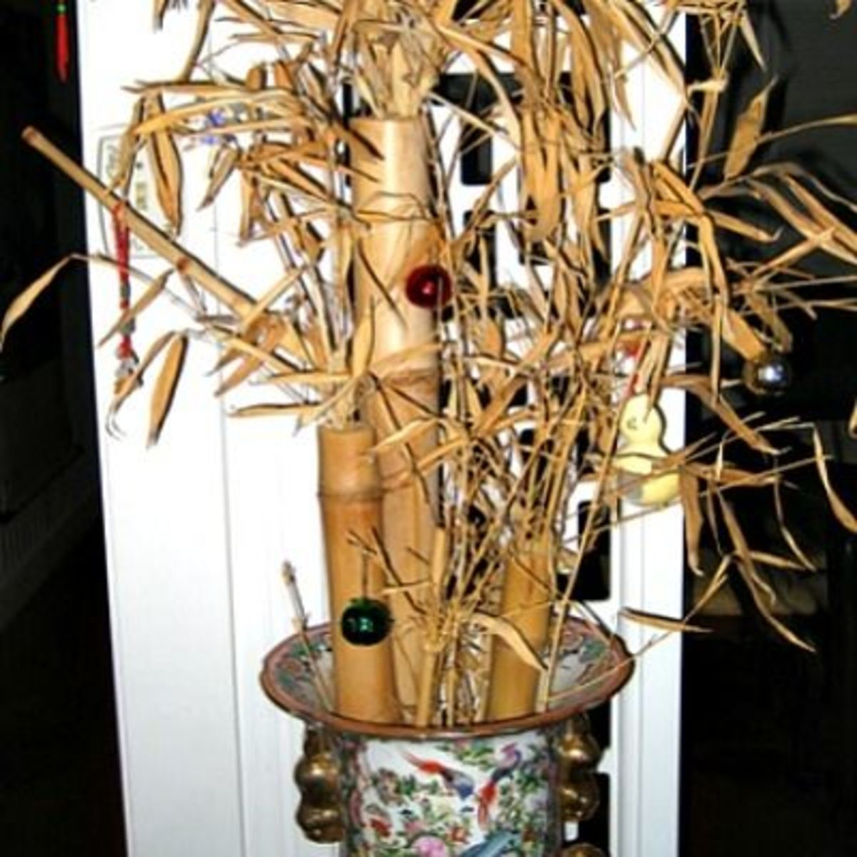 Decorate the bamboo plant in front of the Chinese restaurant entrance.