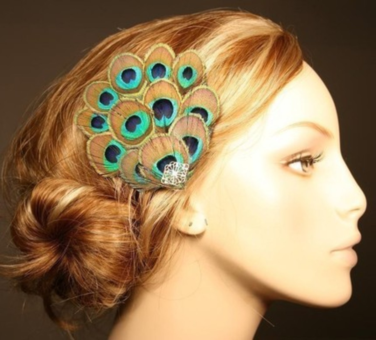 You can easily create this using small peacock feathers and a clip.
