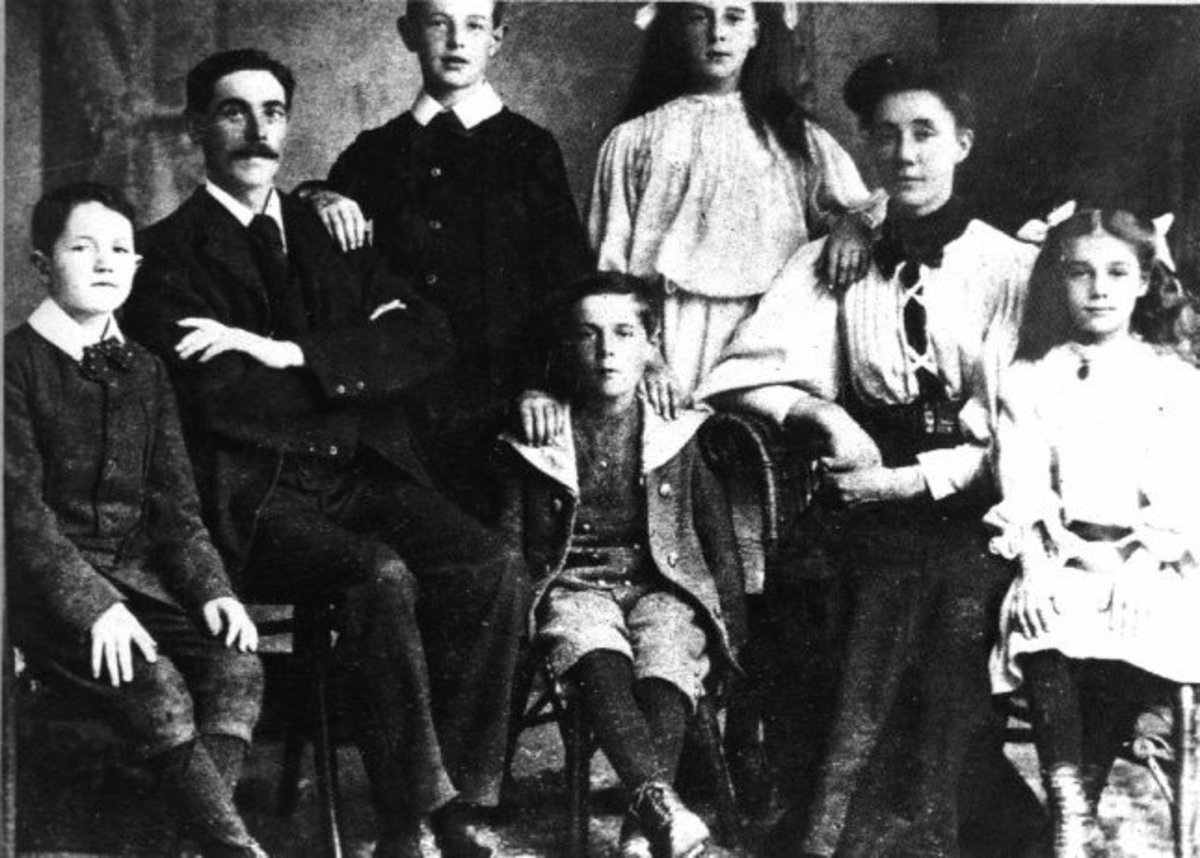 Mr and Mrs Goodwin and their 6 children  died when the Titanic sank in 1912