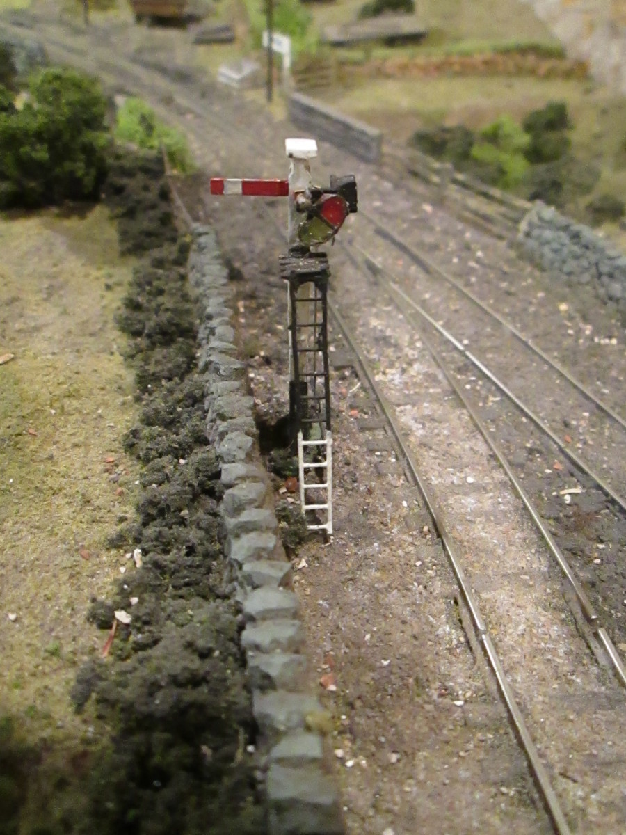 At the approach to the stone loader, this short-posted, capped lower quadrant signal guards the access to the running line before the junction