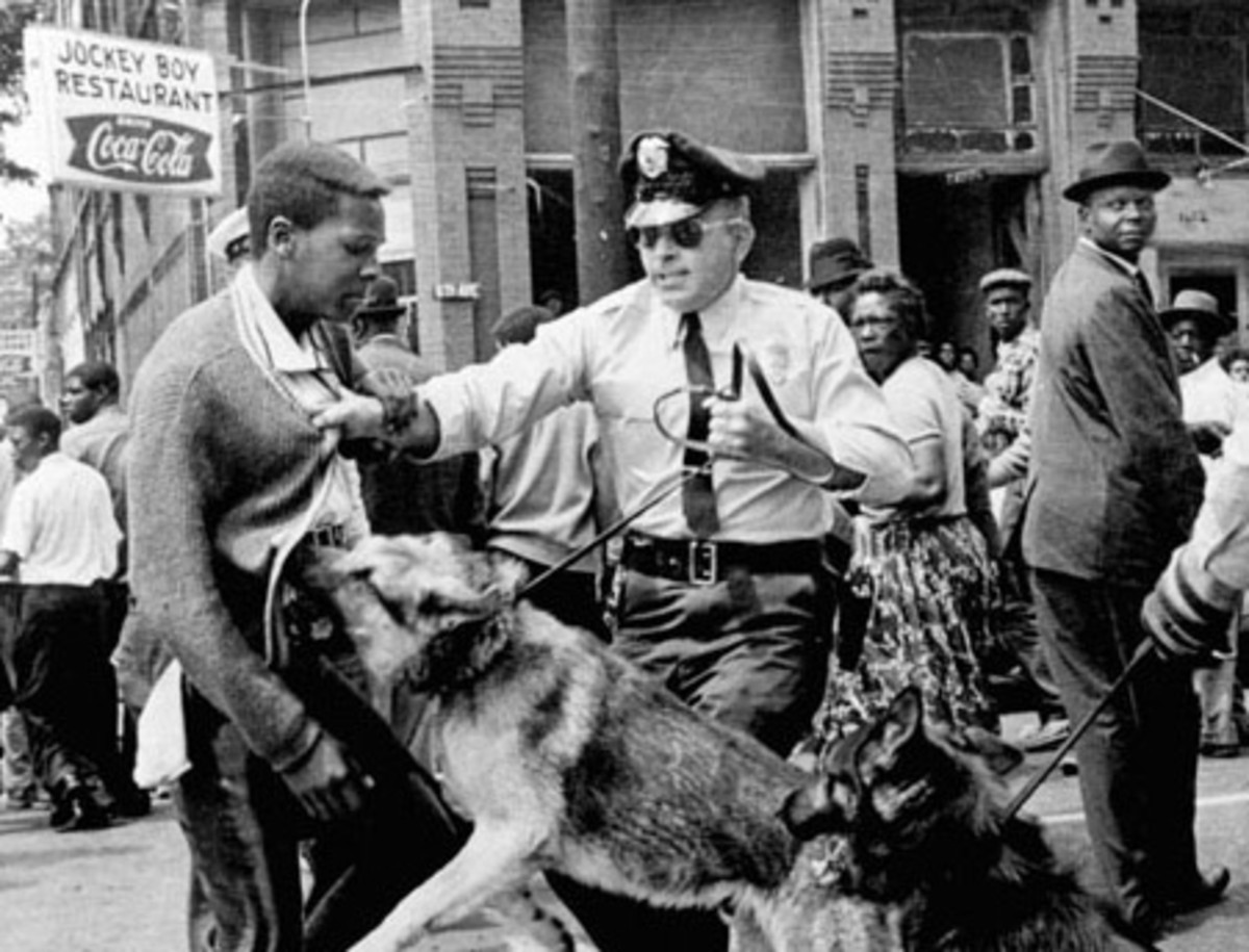 BULL CONNER SICS HIS DOGS ON BLACK PROTESTORS