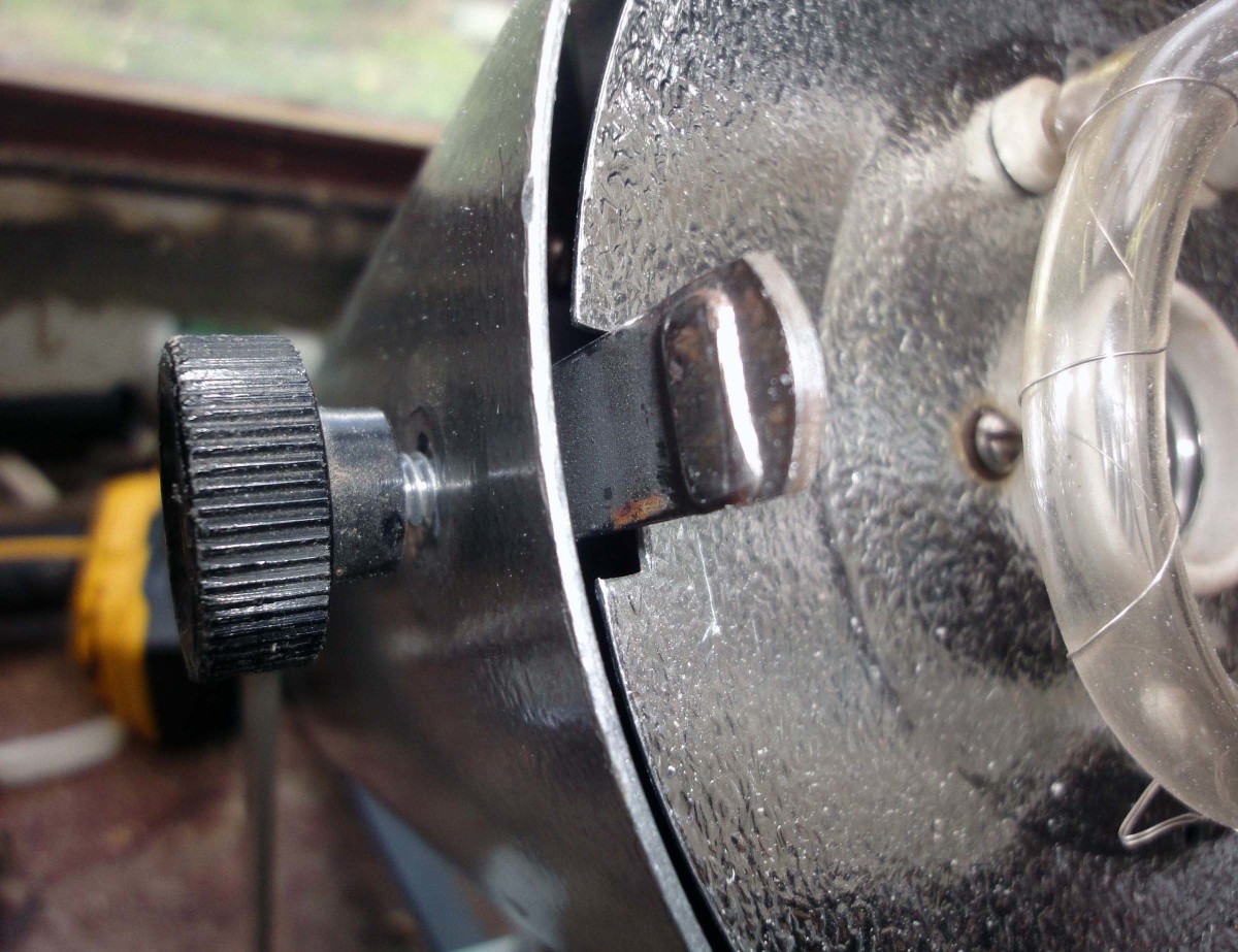 The two fixing knobs on the Bowens lighting unit.