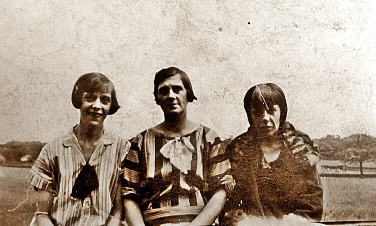 Grandad's mum, my Great Grandma Trigg, in the centre, with Elsie on the left (she was married to grandad's brother, Arthur). Mum believes the other lady, on the right, was married to one of grandad's other brothers, but isn't sure.