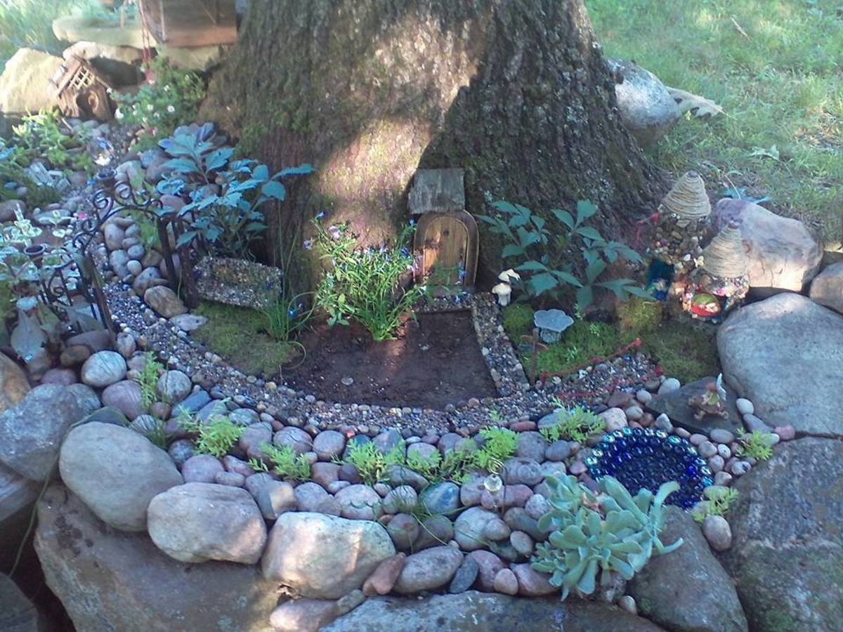 Isn't this marvelous! The larger stones set off the garden area where the tiny pool, path and plantings are showcased. The moss forms a lawn for the attractive home for gnomes, pixies or elves to enjoy.