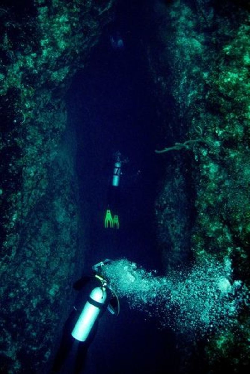 Divers in King Kong Blue Hole