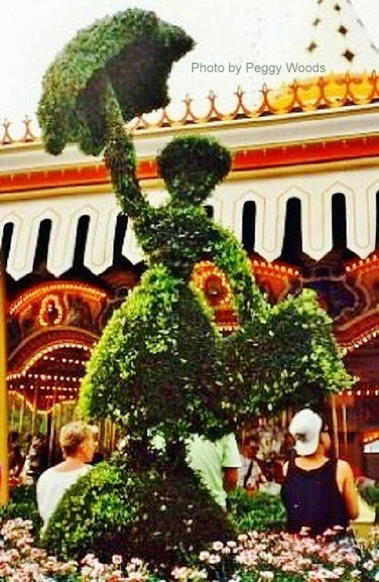 Mary Poppins topiary at WDW