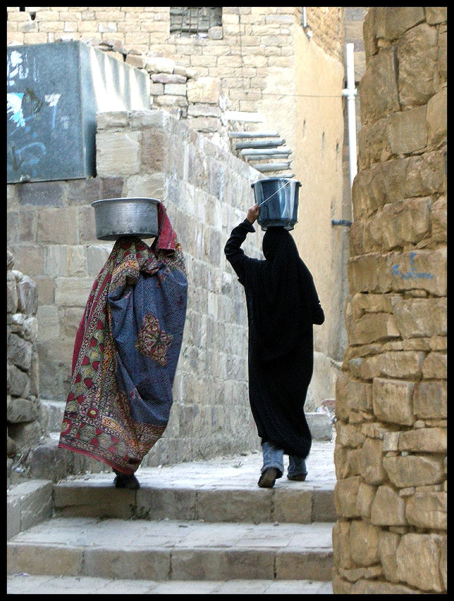 The traditional Sana'ani Sitarah used by old generations of Yemeni women versus the modern Yemeni Balto amid younger generations