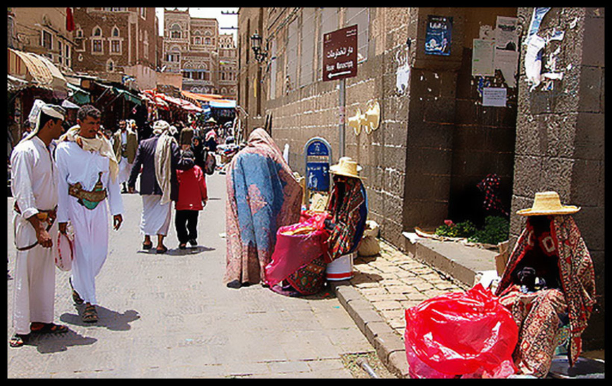 Female Yemeni sellers wearing the Sana'ani Sitarah in a local market of Sana'a city