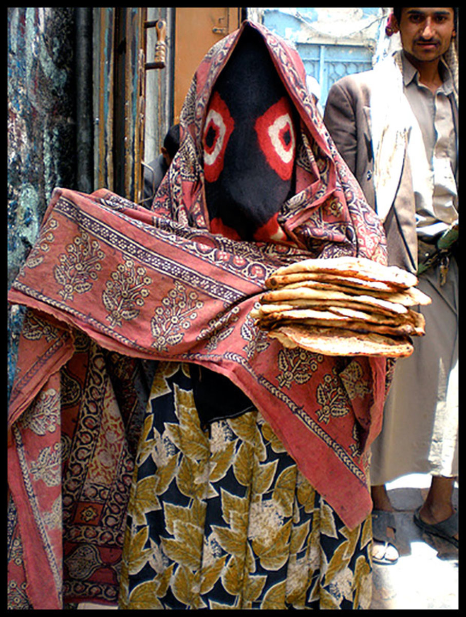 A Yemeni woman wearing the Sana'ani Sitarah in a local market of Sana'a city