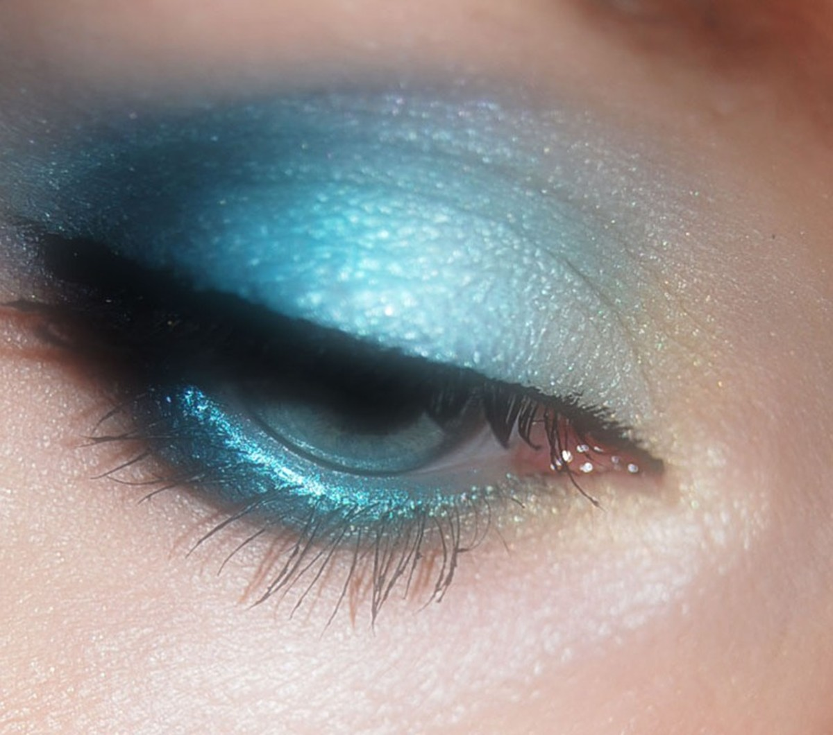 Though eye shadow was popular in many shades, nothing says 80s quite like blue eyeshadow.