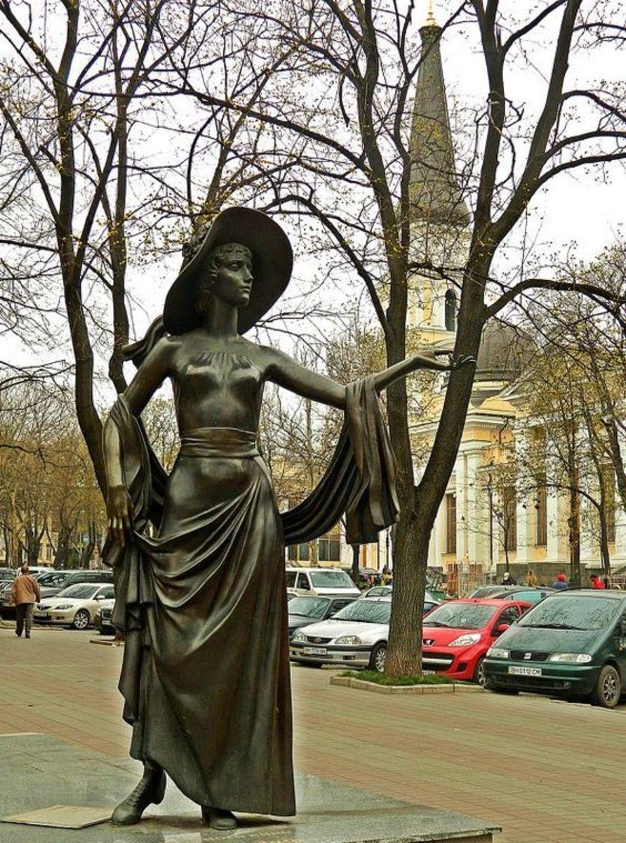 Vera Kholodnaya statue by Alexander Tokarev