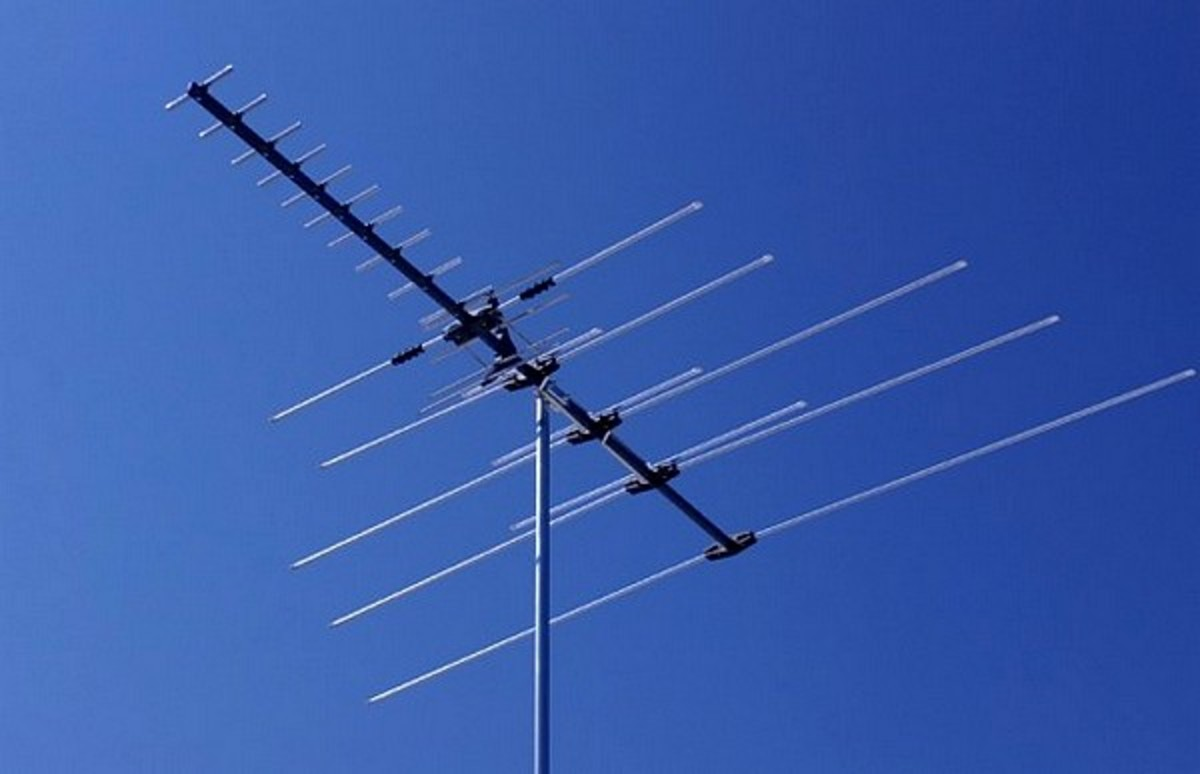 Combined TV/FM radio antenna