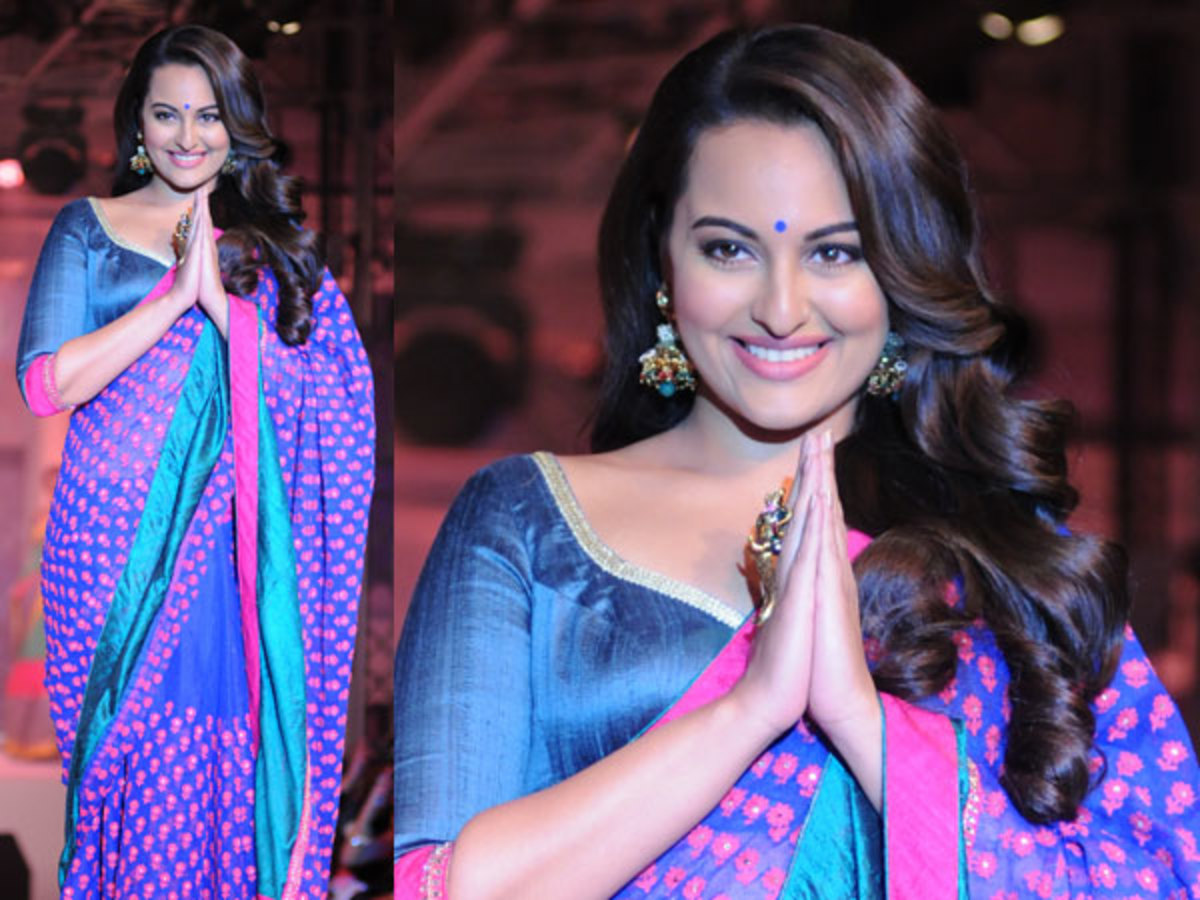 Slightly overweight women should wear saree blouses with three-quarter or long sleeves.
