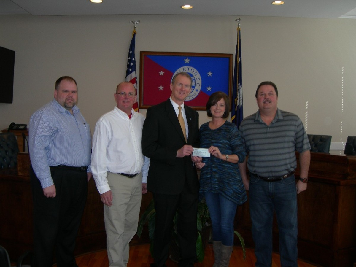 FOTP and the Town of Pendleton signed an agreement Friday, February 20th, 2015 for Friends of the Park to provide funding for improvements to the Veterans Park ball fields to upgrade fencing and backstops. Even more importantly FOTP delivered a check