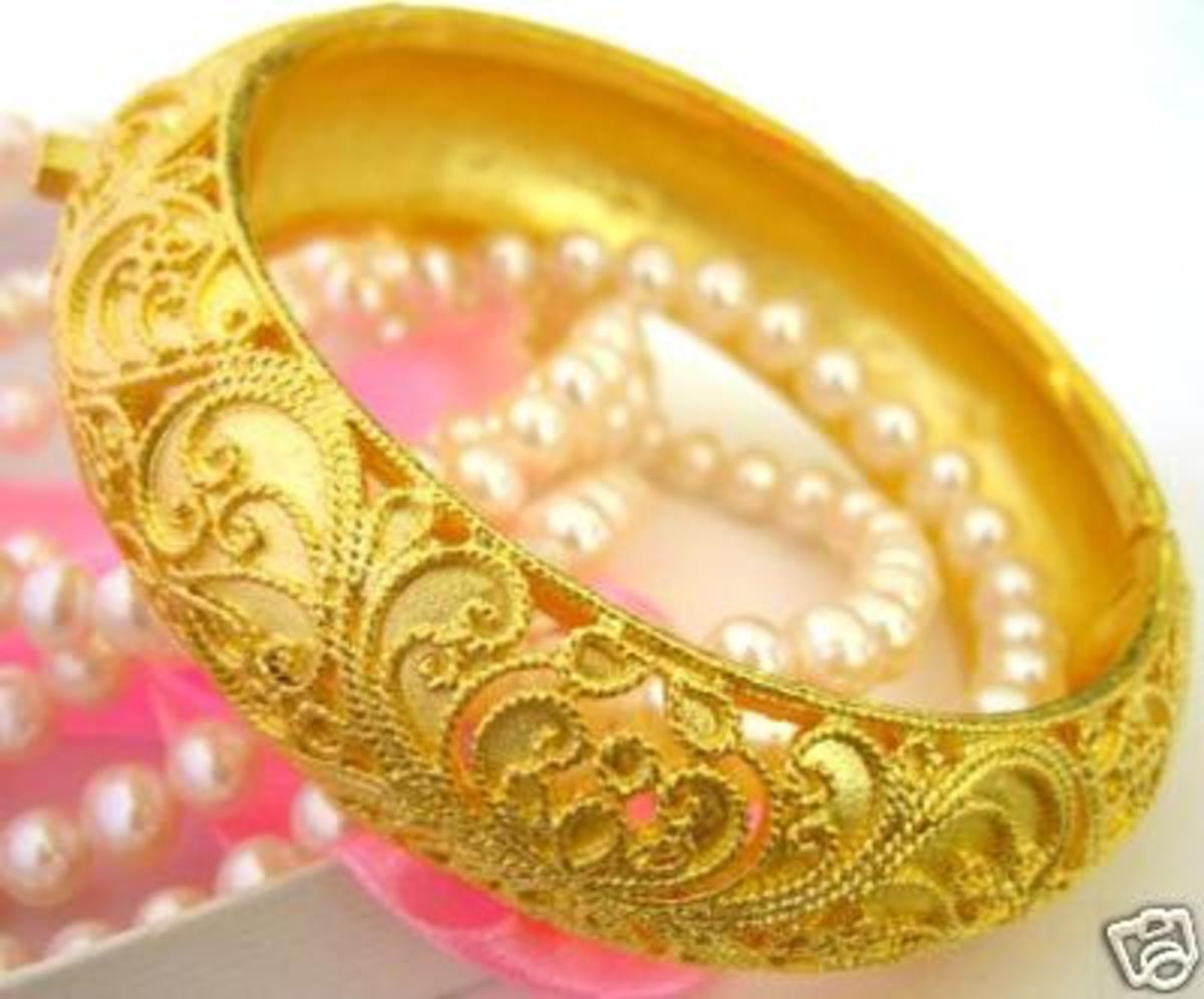 Single gold bangle design