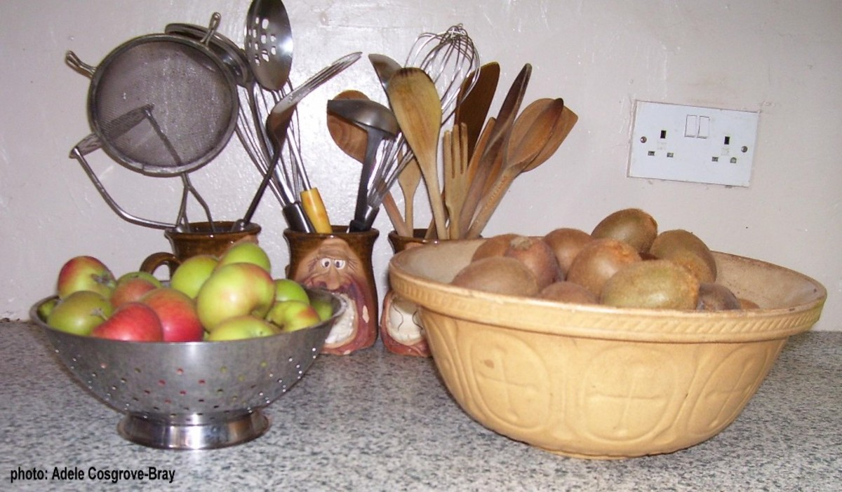 Apples and kiwi fruits ready to be preserved as jam.