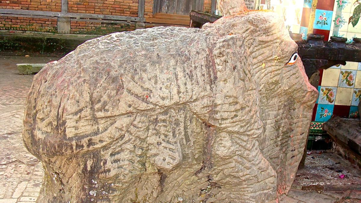 Statues in Changu Narayan