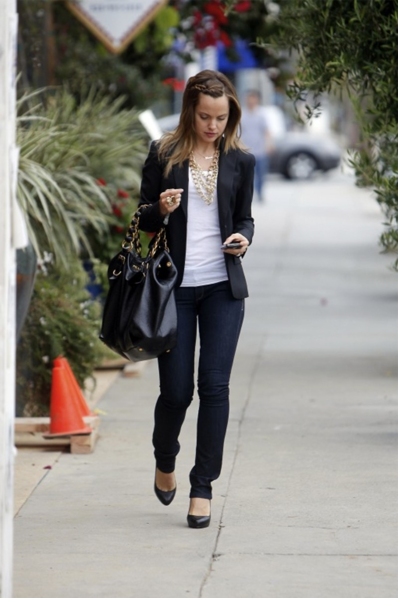 Mena Suvari: A blazer and a statement necklace instantly transforms this simple outfit into an eye catcher. Oh yes! Don't miss out on that gorgeous handbag to go with your outfit.
