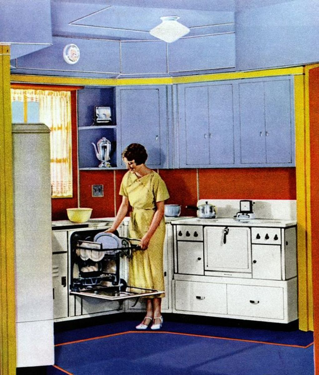 Blue and yellow look so fresh in this vintage kitchen!