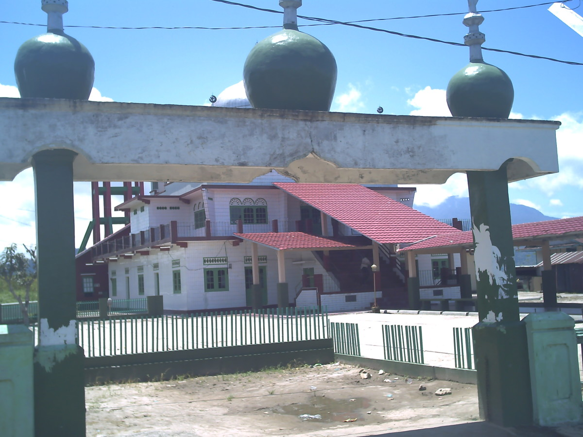 The view of  Masjid Amarullah Kumango through its gate