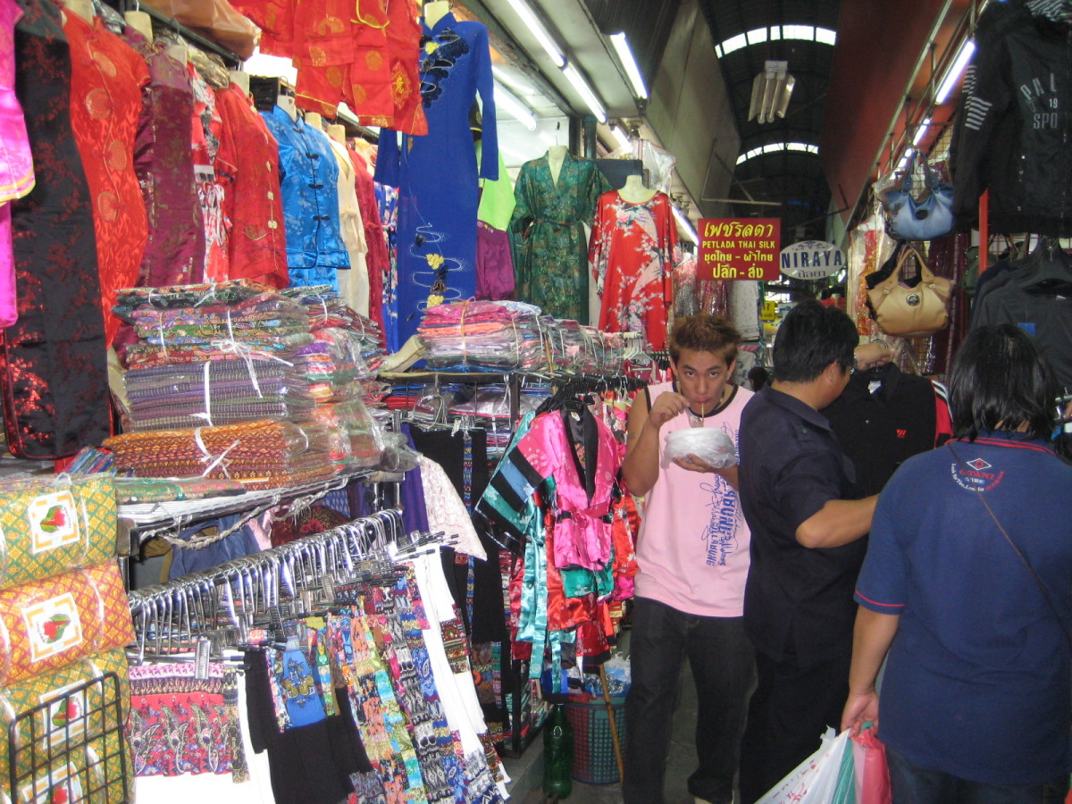 There are many stall filled with people inside Pratunam Market