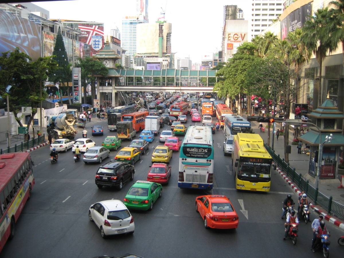 Ratchapraop Road intersects Petchburi Road so you can imagine how bad traffic is in Pratunam Market