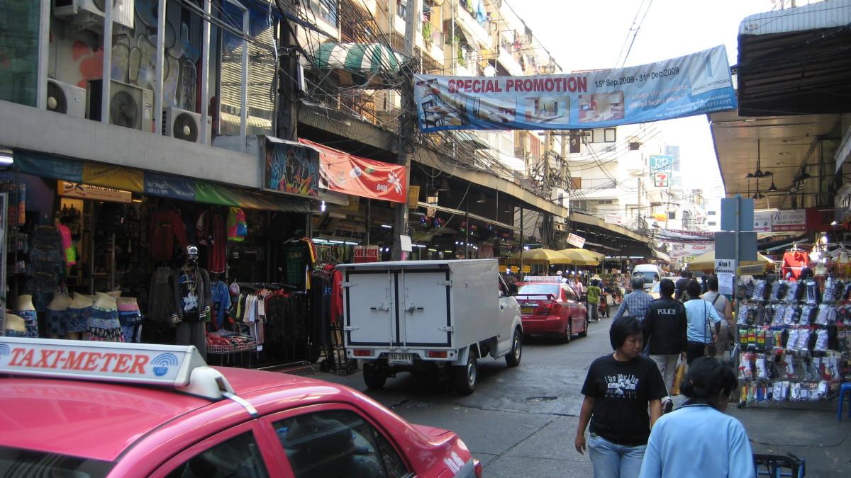 Be careful of vehicle traffic inside Pratunam Market