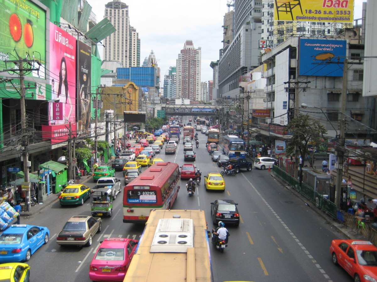 This is Petchburi Road on the south side of Pratunam Market. It often a traffic nightmare