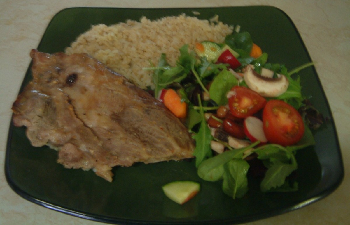 Pork riblets with brown rice and salad